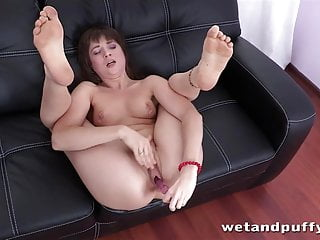 Makes herself cum while anal toying...
