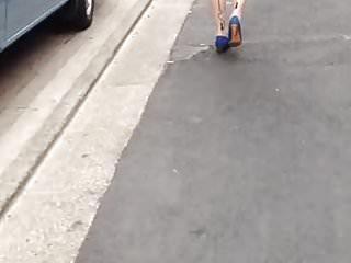 Wiatr wysadza spódnicę japońskiej dziewczyny