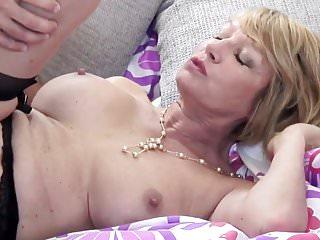 Mamma troia matura succhia e scopa ragazzo giovane