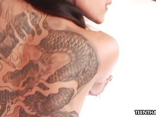 壞屁股青少年泰國蕩婦與紋身得到搞砸
