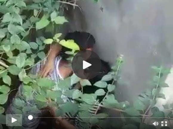 भारतीय किशोर युगल दीवार के पीछे का आनंद ले रहे हैं