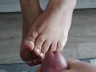 teeteefootjobs – footboy shoots a BIG cum load onto my foot
