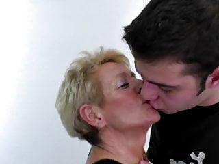 La madre non prende suo figlio e lo scopa