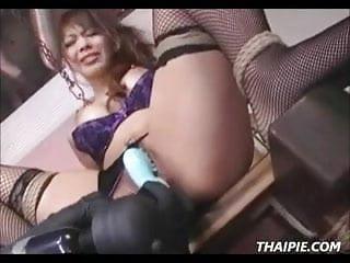 嬌小亞洲人在絲襪達到性高潮
