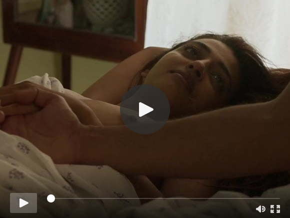 राधिका आप्टे न्यूड बेडरूम बकवास पर अपने स्तन दिखा रही है