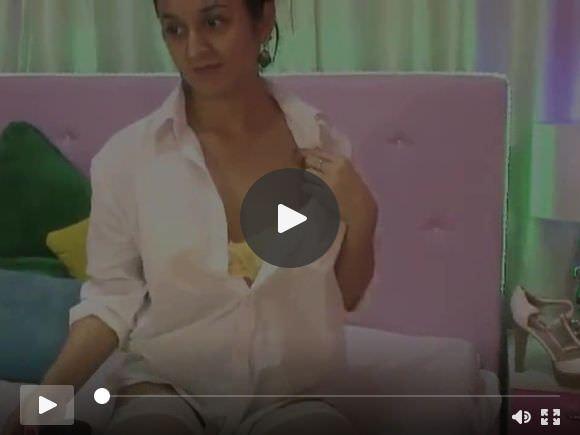 भारतीय कैम गर्ल देविका चेस्टे खेलती हैं