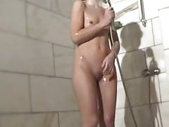 Fiatal kis mellű tini pisilt zuhanyzás közben