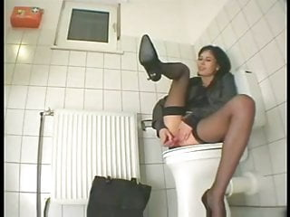 Elle se masturbe dans les toilettes