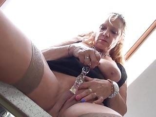 La nonna con grandi tette ha bisogno di un buon sesso