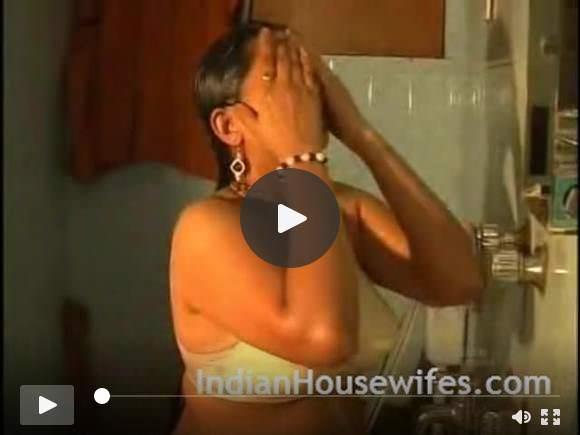 हॉट इंडियन भाभी अधोवस्त्र में स्नान