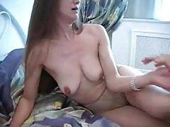 Otthon az ágyban szexelt egymással anya és fia