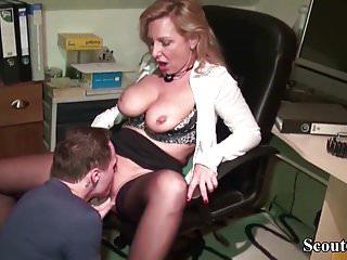 Notgeile Chefin fickt den jungen Azubi auf der Arbeit