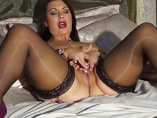 Sexy mamma inglese Christine con grandi tette naturali